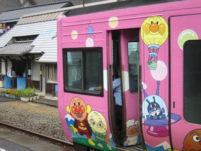 アンパンマン列車ピンク.jpg